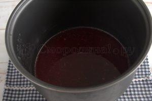 наливаем смородиновый сок в мультиварку