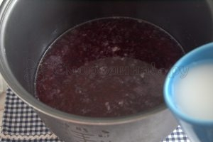 соединяем крахмальную воду и смородиновый сок