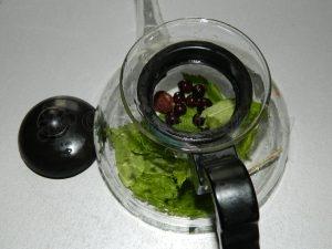 Закладываем ингредиенты для чая в заварочный чайник
