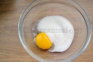 Растереть желток с сахаром